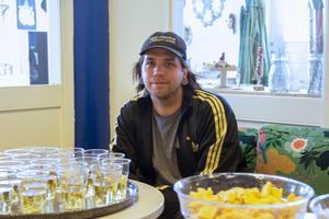 Anton Larsson, som ligger bakom projektet var på plats under vernissagen.