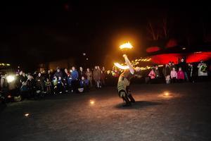 Katie Jones genomförde en eldshow.