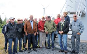 Några av veteranklubbens 23 medlemmar samlade i Södra Kärras vindkraftpark för att få lära sig något nytt - en viktig ingrediens vid deras träffar.