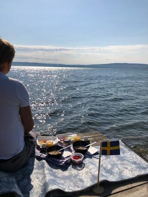 Midsommarfrukost vid Vätterstranden. Bild: Bo Andersson