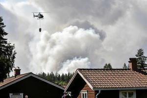 En helikopter hjälper till med släckningsarbetet vid en skogsbrand nära Färila, Ljusdal Foto: Tomas Oneborg / SvD / TT