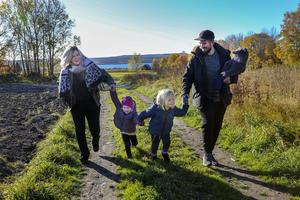 Jennie-Lie Wickström driver podden Norrlandspäron där hon tar upp föräldrafrågor med fokus på Norrland. Nu åker hon tillsammans med maken Hampus, tvillingarna Leia och Mattis och yngsta dottern Unni på en Norrlandtripp för att samla material till podden.