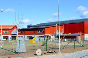 I Stora Skedvi finns redan avskilda duschbås. Nu kommer fler omklädningsrum i Säter att göras tryggare för barnen.