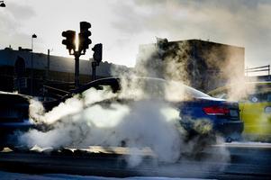 Att SD talar om att sänka bensinskatten visar att de struntar i klimathotet, skriver debattörerna. Foto: TT