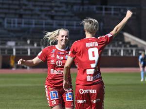 Linköpings Lina Hurtig (9) har gjort 1–0 borta mot Djurgården och jublar med Stina Blackstenius – en annan landslagsstjärna i östgötaklubben. På måndag väntar toppmöte hemma mot Rosengård för LFC.