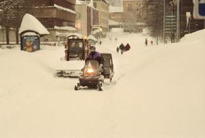 Plogbilar och traktorer hade jobb dygnet runt.