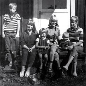 När Gerd träffade Niklas var han änkling med dottern Britta, och Gerd kom att bli som en mamma för henne. Gerd och Niklas fick sen fem barn tillsammans. Den här bilden är tagen 1962, och från vänster sitter; Per, Malin, Mia, Britta, Annika och Lena. Foto: Privat