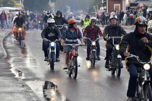 Mopedcruising försa av många cruisingar uder musik och motorfestivalen.