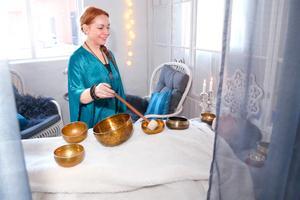 Här använder sig Tanja Dyredand av tibetanska klangskålar för att bland annat stärka kroppens immunförsvar och lösa stressknutor.