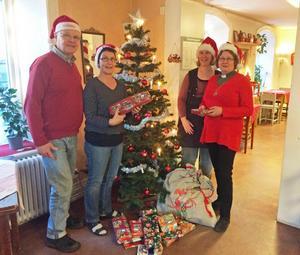Jan Sjöberg, Katarina Johnsson, Åsa Nilsson och Åsa Sjöberg, har fullt upp med förberedelserna inför det alternativa julfirandet på Café Trägår'n i Härnösand. Bilden är tagen vid ett tidigare tillfälle.