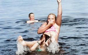 Under en av sommarens varmaste dagar var det många som åkte till Bojsen beach för att svalka sig. Emma Andersson-Schröder och Emelie Larshans var några    som lekte i vattnet under lördagen. Foto: Mikael Forslund