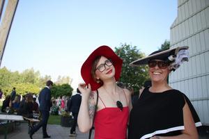 Ragnhild Bolin, adjunkt, och Åsa Sandberg, intendent, i Grythyttan matchade varandra och fick uppmärksamhet med sina stiliga hattar.