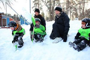 Hugo Rhese, Olle Håll och Oscar Rundgren gillar snön på gården som nu kan bli större på förskolan Hasselvägen. Pedagogerna heter Helena Gebauer och Gunilla Andreasson.