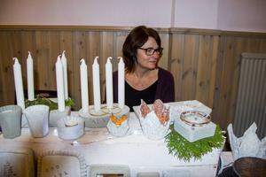 Lena Roscieno-Norman från Sandarne tillverkar ljuslyktor och skålar i lättbetong och frotté.