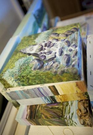 Allt från flyhänt naturmåleri till abstrakta experiment finns att hitta i Gunnels ateljé.