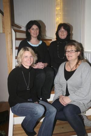 Bolagskvartetten som inte kan tänka sig att sprängas. Helena Holm, 41 år, Gnarp och Anette Lindh, 52 år,Strömsbruk ,på nedre trappsteget och ovanför dem Jessica Fernström, 37 år, Gnarp och Helena Westman, 36 år, Harmånger.