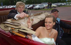 Picnic i bilen. Alexander Andersson och Angelina Masuhr firade att balen var på väg. Foto: Hans Olander