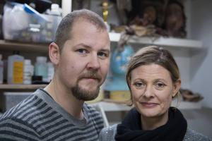 Love Larson och Eva von Bahr är gifta och driver en egen makeupstudio i Stockholm. De har bland annat arbetat med film- och tv-produktioner som