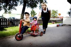 """CYKLA ÄR EN FAVORIT. Rustan har inget emot att skjutsa nykomlingen Lamya på cykeln. Förskolläraren Ann-Cathrine vakar över färden. """"Det är viktigt att både barnet och föräldrarna känner sig trygga med oss."""""""