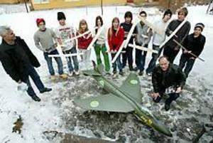 Elever från Stigslunds skola har fått hjälp av flyplansentusiasten Gunnar Rannström med att bygga sina flygplan. I förgrunden syns en modell av en J34 Hunter, som han byggt. Foto: Lars Wigert