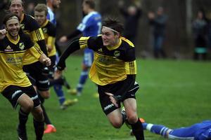 Inhopparen Anders Tano Ljungkvist jublade förstås efter sitt avgörande 4-3-mål på tilläggstid och nu är Järbo bara en seger från spel i trean nästa säsong.