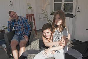 Daniel Svensson har mått psykiskt dåligt det senaste halvåret. Det som förgyller hans tillvaro är döttrarna Signe och Lova, frun Sofia och sköldpaddan Gunnar.