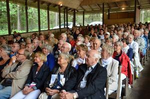 Jubileumsfirare. Många kom på Nora PRO:s 70-årsfirande. Närmast Curt Persson, ordförande för PRO:s riksorganisation.