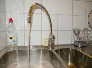 Att diska rätt spar varmvatten. Nu kan hyresgäster hos Morastrand faktiskt spara pengar genom att spara på varmvattnet.