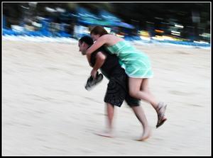 Kärringbärning i Tahailand på Karon Beach.