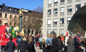 Vänsterpartiet hade ett mycket internationellt inslag med paroller på allt från svenska till kurdiska. Demonstrationen samlades på Fiskartorget, men marschen gick sedan till Djäkneberget.