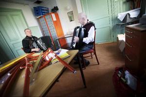 Reidar Aksnes, från Värdal i Norge, och Bo Andersson från Östersund, smyger iväg till ett litet rum bakom köket.