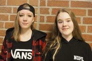 Lea Westberg och Sigrid Nord tycker det är roligt att dansa under skoltid.