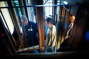 Mordet skedde i hans bostad. Här förs Johan Flykt in i rättssalen.