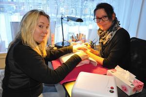 Företagaren Jessica Norling vid Hälsolivs pratar om att hon känner sig lurad av Buildapp, medan Mia Lindeberg vid Milis Beauty fixar hennes naglar. Även Mia Lindeberg är besviken på Buildapp.