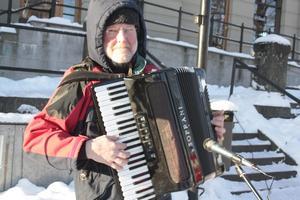 Speleman Peter Karlsson hade det inte lätt i kylan. Redan efter ett par melodier började fingrarna stelna till.