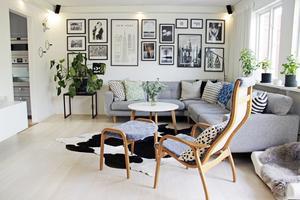 Tavelväggen har Josefine komponerat av kartor, fotografier och grafiska tryck. Den rymliga, grå soffan kommer från EM.