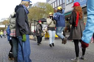 Att plötsligt börja hoppa låtsashopprep var ett inslag som Östersunds teaterverkstad bjöd på under lördagens födelsedagsfirande.
