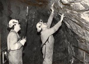 GRUVARBETE. Hans Holmgren och Assar Hedlund jobbade med provborrning av Sandviks Coromantborrar. Bilden är tagen i januari 1990.Foto: Lynda Lundin