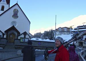 Patrik Stenström vandrar bygatan fram mot hotellet efter en härlig, solig dags skidåkning.