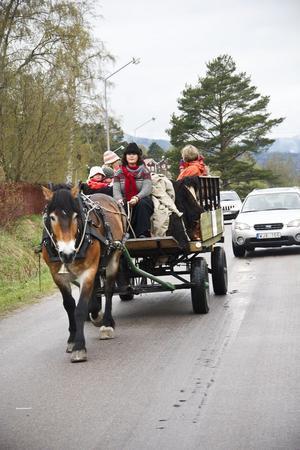 Maria Svärd från Orbaden styrde sin häst Myllys runt marknadsområdet i Karsjö.