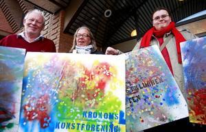 Plakaten är färdigmålade, i eftermiddag tågar konstvännerna genom staden till gallerierna för att landa i performance och ståhej. Anders Rasmusson, Gunilla östergren och plakatkonstnären John M. Wahl är redo.