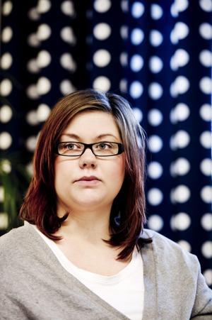 När blir man vuxen? Det undrar Erica Jonsson som trots att hon själv snart ska bli förälder är beroende av att hennes mamma och pappa hjälper henne ekonomiskt.