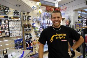 Ökad försäljning. Team Sportia ökade sin försäljning med cirka 25 procent under juni och juli jämfört med samma period förra året. - Folk köper vinterkläder som aldrig förr, säger Tobias Käll på Team Sportia. Foto:Kjell Jansson