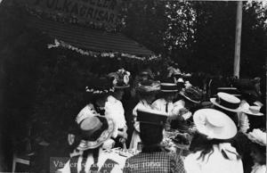 Polkagrisar, kan det smaka? Det här är en bild av Barnens dagsfirandet 1909.