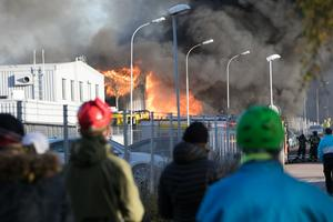 Området runt brandplatsen har varit avspärrat sedan 14-tiden på måndagseftermiddagen.