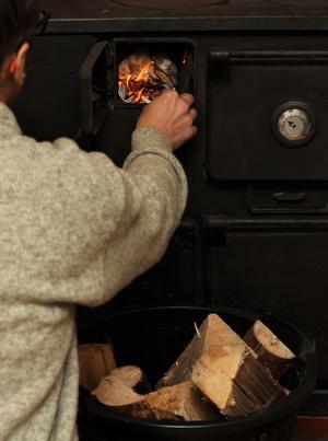 Elda med måtta ochkontrollera vilken med sotaren vilken belastning eldstaden tål, uppmanarStellan Jakobsson, brandingenjör.