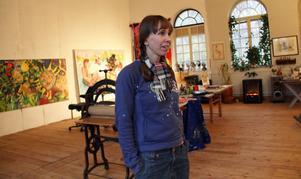 Ann-Caroline Breig har sju års konststudier i England bakom sig. Under konstrundan visar hon sina alster i hemma i Ljusne.