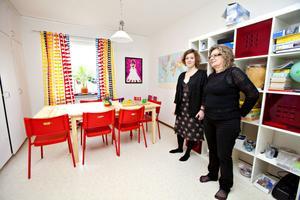 """""""Pyssel-rum"""" för allt möjligt – bland annat studier för flyktingbarnen som går på Bessemer och Söderskolan. Renate Almén, S, ordförande i ifo-nämnden, kom på invigningen i går."""