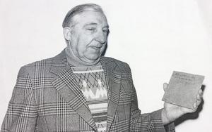 Första skivan. Elis Söderquist håller i den första boardskivan som fabriken producerade.