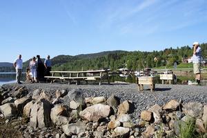 Här har det byggts en pir ut i havet med bänkar och grillplats för besökare och turister.